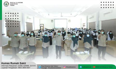 """RSUD dr. R. Koesma Kabupaten Tuban kembali menyelenggarakan orientasi dan pembekalan untuk 50 peserta Calon Pegawai Negeri Sipil (CPNS) Kabupaten Tuban formasi tahun 2019, selama dua hari, yakni pada tanggal 04 s/d 05 Januari 2021 yang bertempat di Aula Ronggolawe RSUD dr. R. Koesma Tuban. Kegiatan tersebut diawali dengan sambutan Direktur RSUD dr. R. Koesma Tuban dr. H. Saiful Hadi, dalam sambutanya beliau mengucapkan selamat datang dan menyampaikan harapan kepada para peserta. """"Kembali dan terus saya ingatkan, di masa pandemi Covid-19 tetaplah disiplin terhadap protokol kesehatan, dan sebagai CPNS baru saya harap kalian juga disiplin saat bekerja, tingkatkan mutunya, wawasannya dan keterampilannya"""" pintanya. Selain itu, dr. Rr. Reinnidha Puspita Sari selaku Wakil Direktur Bagian Umum dan Keuangan dalam sambutanya juga menyampaikan, bahwa guna menunjang mutu selama bekerja di RSUD semua pagawai baru harus melalui tahap pembekalan, orientasi umum dan khusus, adapun orientasi umum seperti Pengenalan manajemen dan profil RSUD, Peningkaan mutu dan keselamatan pasien, sasaran keselamatan pasien, PPI, Bantuan Hidup dasar, komunikasi efektif dan lain sebagainya. Sedangkan untuk orientasi khusus, para pegawai baru akan diorietasi dan ditempatkan sesuai area kerjanya masing-masing. """"Selamat atas diterimanya sebagai CPNS, selamat berkarya di RSUD dr. R. Koesma Tuban"""" pungkasnya. ORIENTASI CPNS RSUD dr.R. KOESMA KABUPATEN TUBAN TAHUN FORMASI 2019"""
